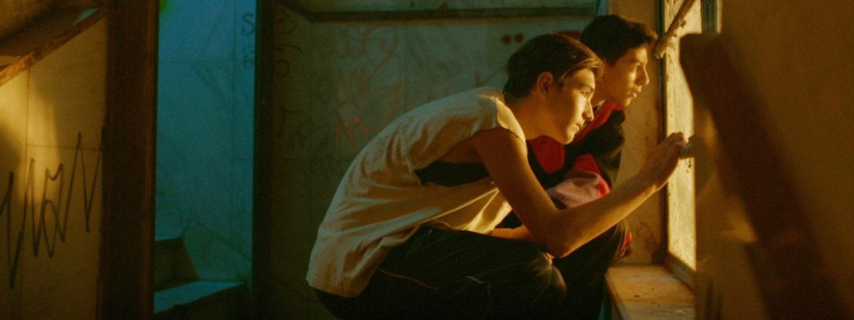 Kuvakaappaus Breaking the Cycle -lyhytelokuvasta (Naima Mohamud 2013). Kaksi teini-ikäistä poikaa katsovat ikkunasta ulos.