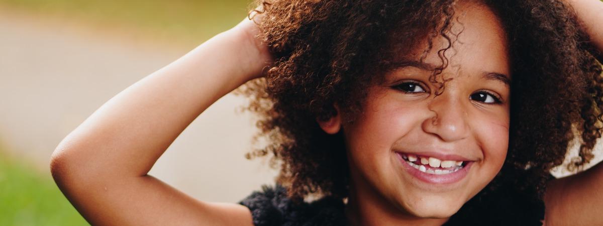 Lapsi hymyilee, lähikuva.