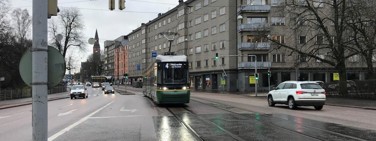 Raitiovaunu numero 4 kulkee Helsingissä.