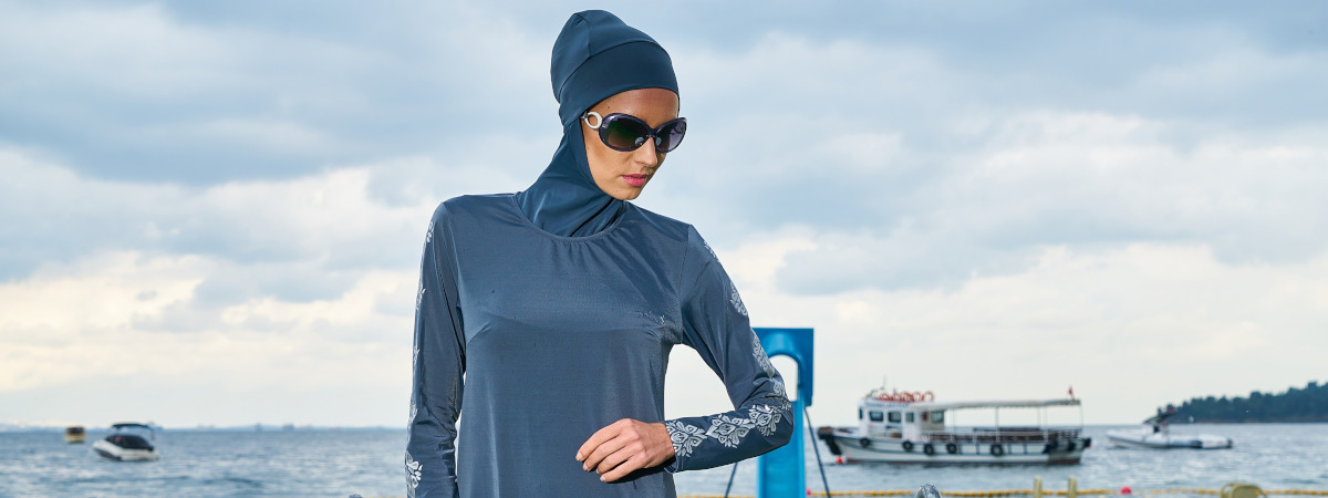 Nainen tyylikäs sininen hijab yllään.