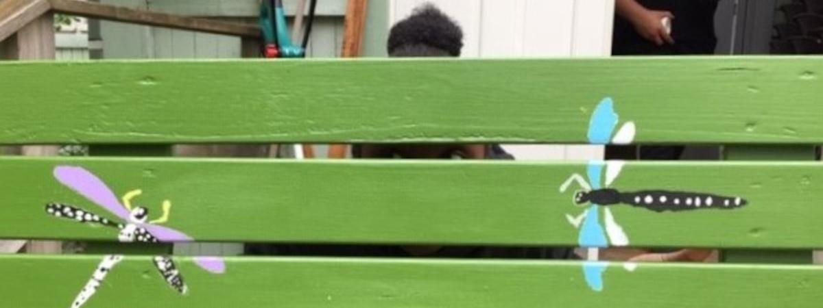 Vihreitä lautoja, joihin on maalattu kaksi sudenkorentoa.