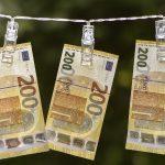 200 euron seteleitä roikkumassa pyykkinarulla.
