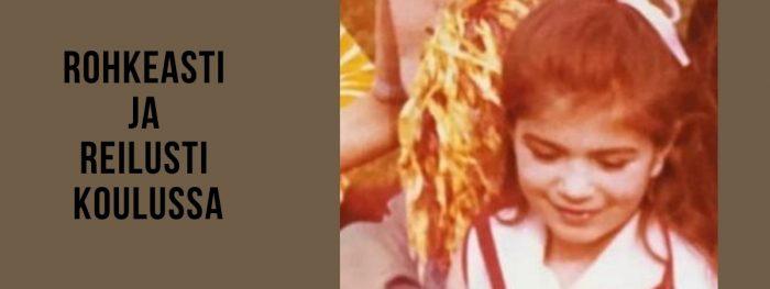 Vanha keltasävyinen valokuva, jossa tyttö hymyilee rusetti päässään.
