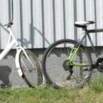 Kaksi polkupyörää nojaa seinää vasten.