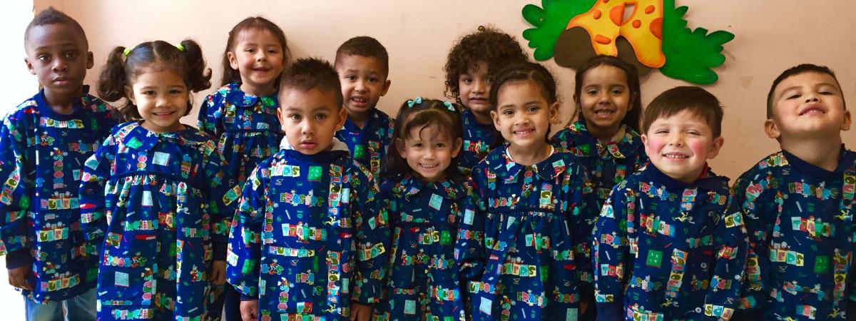 Kolumbialaisia lapsia samanlaiset kouluvaattet yllään.