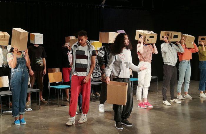Näyttelijät lavalla Elämä kädessä -esityksessä.