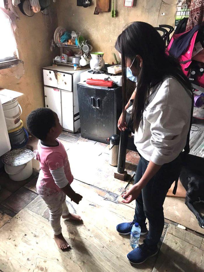 Pieni lapsi ja nainen alkeellisessa ja köyhässä keittiössä Bogotassa Kolumbiassa.