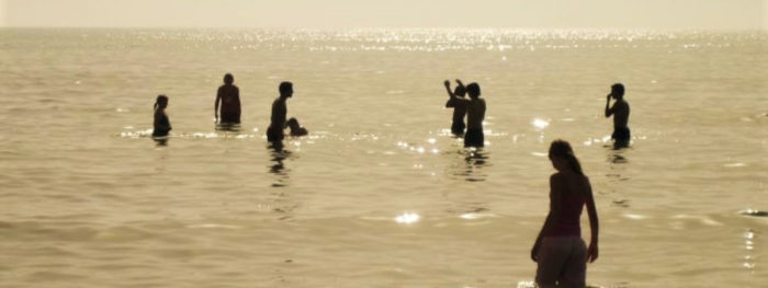 Lapsia uimassa meressä.