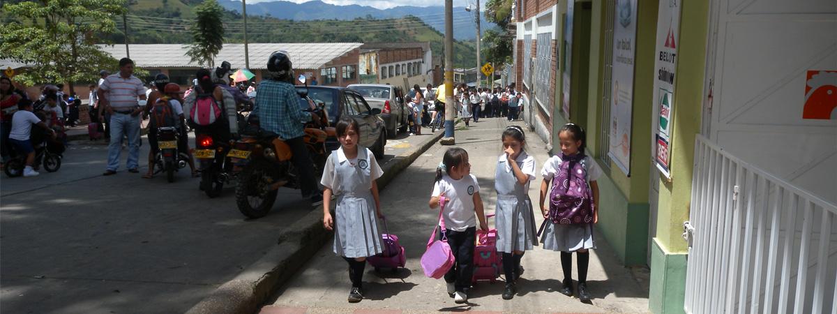 Lapsia koulupuvut päällä jalkakäytävällä Kolumbiassa